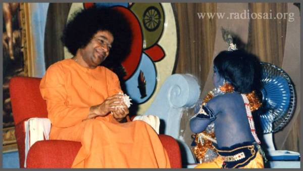 sathya-sai-baba-with-little-krishna